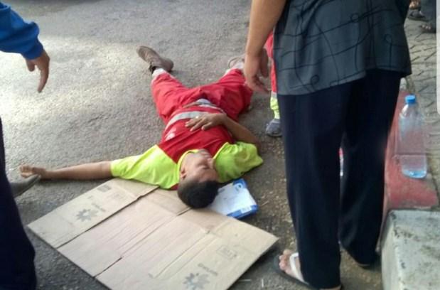 بالصور من فاس.. عامل نظافة يفقد وعيه في الشارع