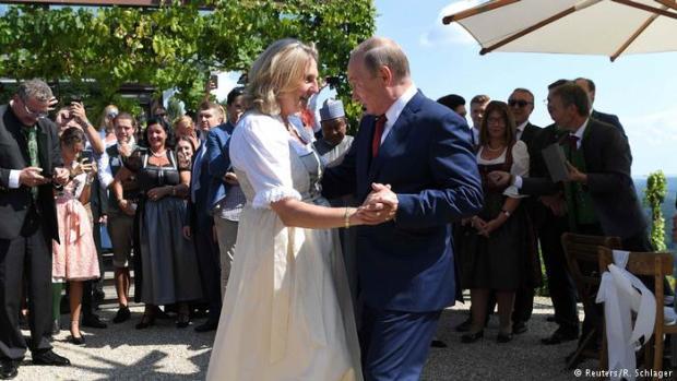 بعيدا عن السياسة.. بوتين يراقص وزيرة خارجية النمسا في حفل زفافها
