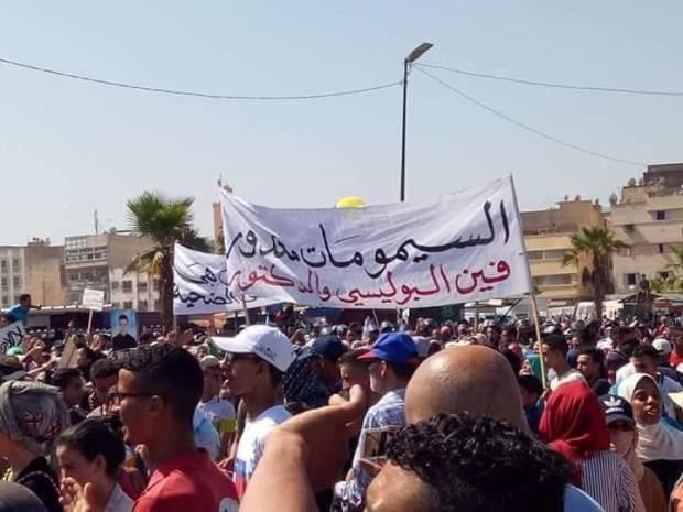 """بالصور من سلا.. سكان القرية يحتجون ضد """"السيبة"""" وغياب الأمن"""