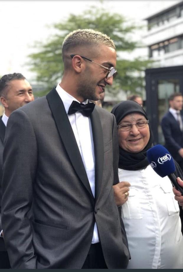 بالفيديو والصور.. لحظات مؤثرة بين زياش ووالدته