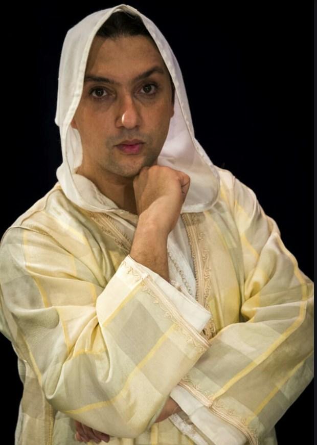 أشرف ناجي.. حكاية أول مغربي احترف الرقص الشرقي! (صور وفيديو)