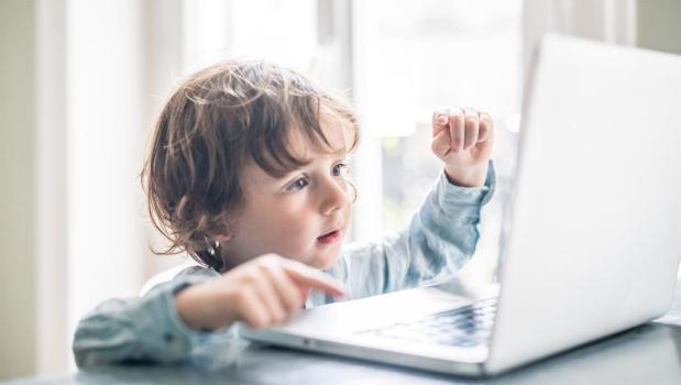 يهم الآباء.. دراسة تنصح بتحديد وقت مشاهدة الأطفال للشاشات