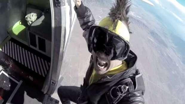 كان يصور فيديو كليب.. وفاة مغني راب بعد سقوطه من طائرة