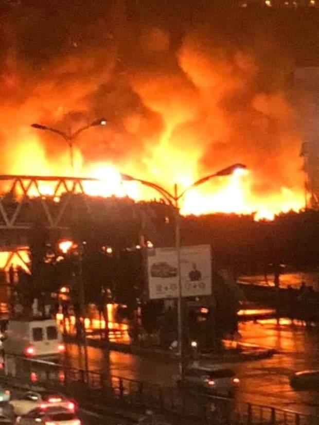 """بالصور والفيديو من كازا.. حريق مهول في """"ساحة الافارقة"""" قرب محطة اولاد زيان"""