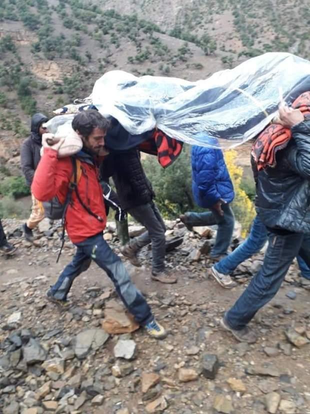 الإنسانية أولا.. سائح أجنبي يساعد في نقل حامل إلى مستشفى في زاوية أحنصال (صور)