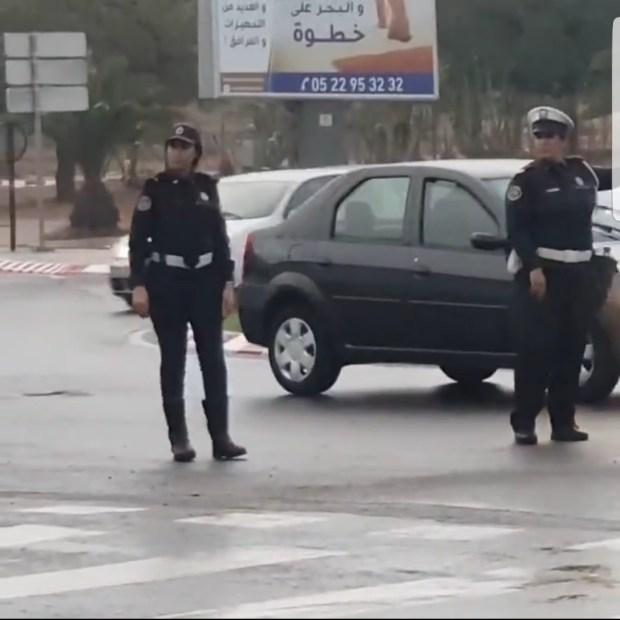 بالفيديو من أكادير.. تنويه كبير بشرطيتين لم تمنعهما الأمطار من القيام بالواجب