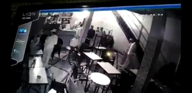 بالفيديو من القنيطرة.. مشرملين هجمو على قهوة بالسيوف وكريساو الناس