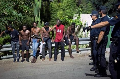 رحلت 55 مهاجرا.. سلطات مليلية تطرد حراكة