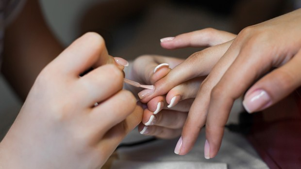 للنساء.. دراسة تحذر من خطر طلاء الأظافر