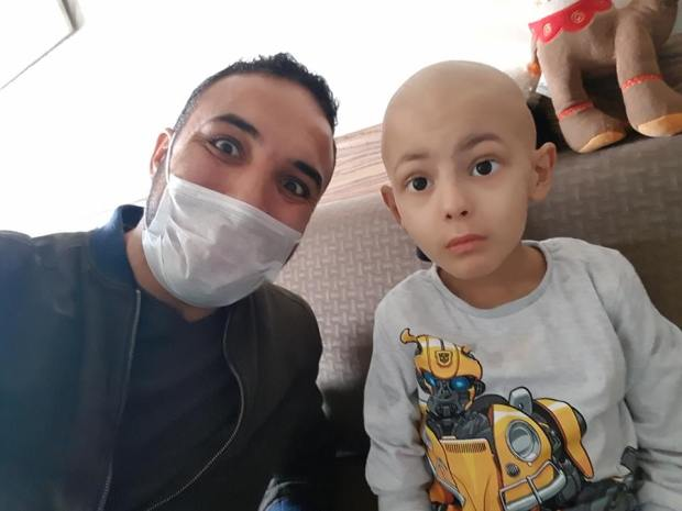 عندو سرطان الدم.. الطفل إبراهيم يناشد القلوب الرحيمة (صور)