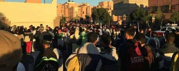 بالصور من العيون.. تلاميذ يحتجون ضد التوقيت الجديد