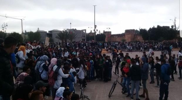 بالصور من تارودانت.. تلاميذ محتجون يرشقون حافلة بالحجارة