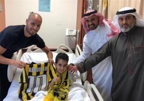 التفاتة إنسانية.. الأحمدي يحقق حلم طفل مريض بالسرطان (صور)