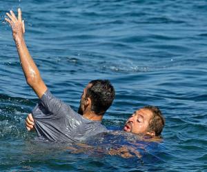 فهم تسطى.. شابان حاولا عبور جبل طارق بالشومبرير ديال رموك!!