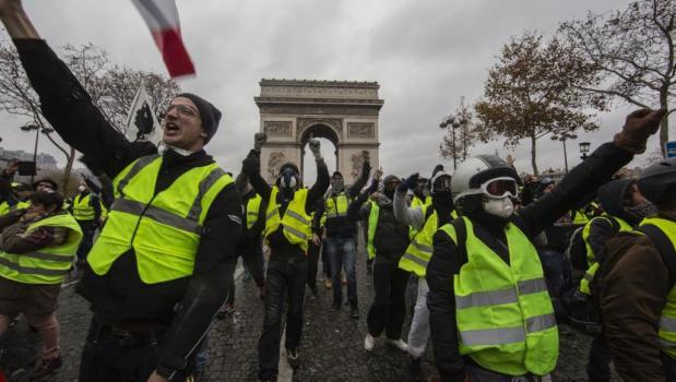 """بسبب هجوم ستراسبورغ.. الحكومة الفرنسية تطالب """"السترات الصفراء"""" بوقف الاحتجاجات"""