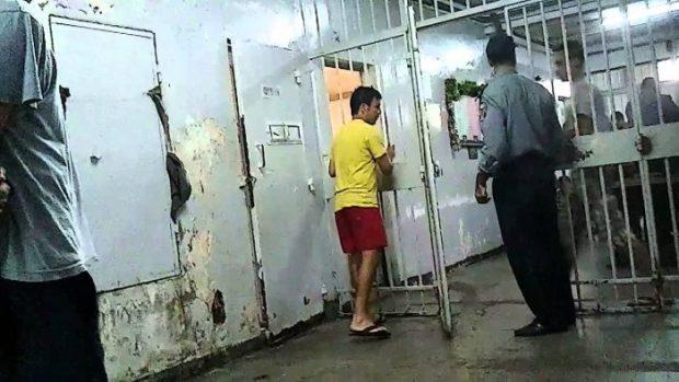 زاكورة.. إدارة السجن المحلي توضح حقيقة ركوع سجين لرئيس المعقل!