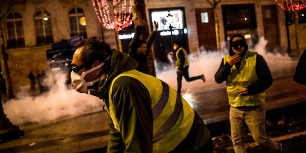 سرقة واعتقالات وشغب.. السترات الصفراء تخرب فرنسا