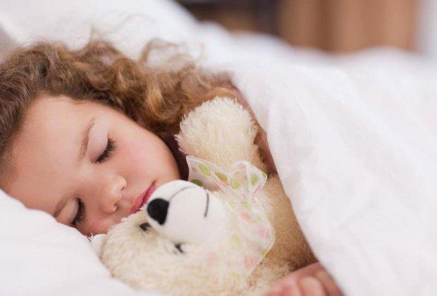 دراسة: الأطفال الذين ينامون في نفس الوقت أقل عرضة للسمنة