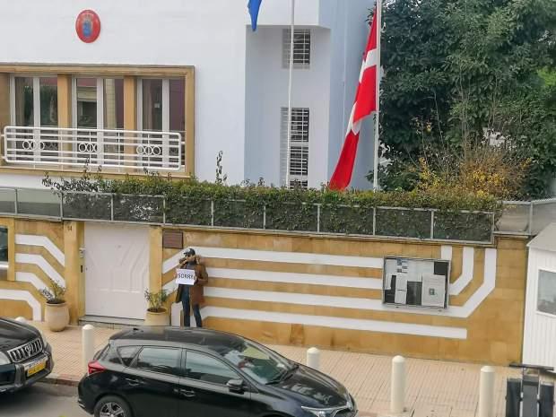 أمام القنصلية الدانماركية.. مغربي يقدم اعتذاره على جريمة شامهروش! (صور)