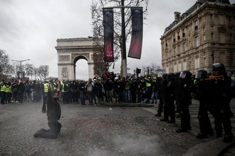 """بالفيديو من فرنسا.. """"السترات الصفراء"""" في الشوارع من جديد"""