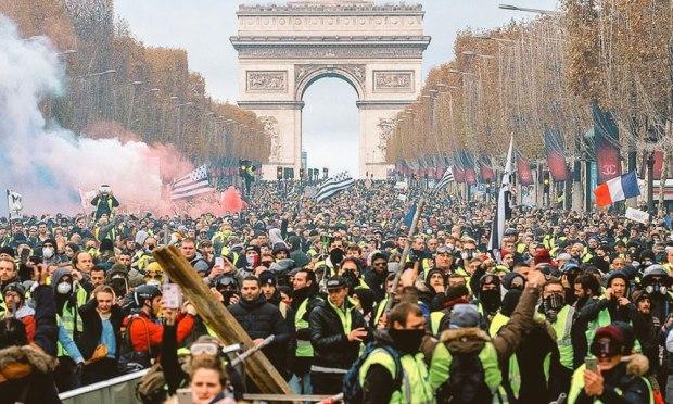 """رضخت لاحتجاجات """"السترات الصفراء"""".. فرنسا تعلق زيادة الضرائب على الوقود"""