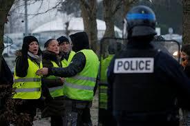 السترات الصفراء في باريس.. احتجاجات أقل واعتقالات أقل