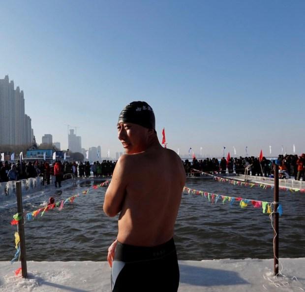 بالصور والفيديو من الصين.. سباحون يتحدّون الجليد