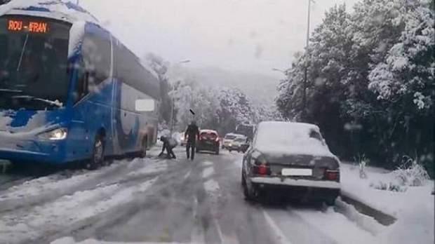بسبب الثلوج.. طرق مقطوعة في الأطلسين المتوسط والكبير