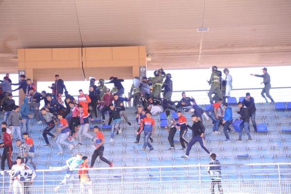 شغب وشعارات لا أخلاقية وإصابات في صفوف الدرك.. جمهور آسفي روّن ملعب مراكش!! (صور وفيديو)
