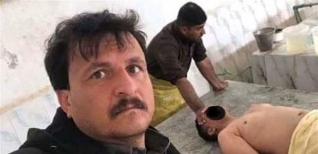 بالصور.. حفار قبور عراقي شابع سيلفيات مع جنازة شاب!