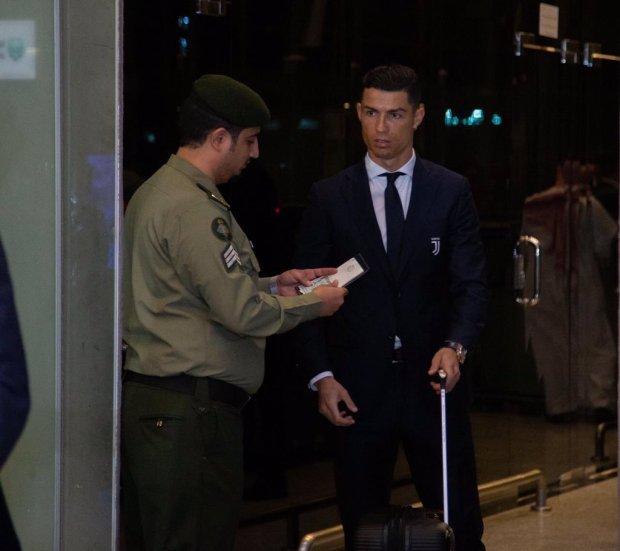 موقف طريف في مطار سعودي.. موظف جوازات ما حاشاهاش لرونالدو!