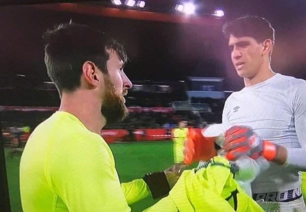رغم الخسارة.. ياسين بونو يتألق أمام برشلونة ويحصل على قميص ليونيل ميسي