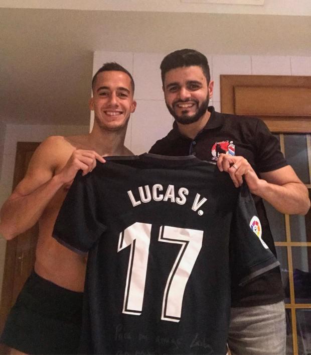 ثمنه 140 أورو.. لوكاس فاسكيز يهدي العربي الحلاق قميص ريال مدريد