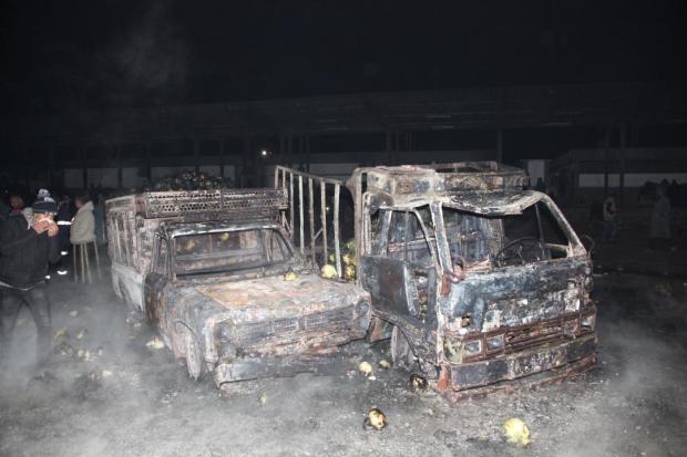 احتراق 8 سيارات فلاحية وشاحنتين وكميات من الطماطم.. مدير سوق الجملة في كازا يكشف خسائر الحريق (صور)