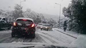 بالصور من إفران.. الثلوج تقطع الطريق نحو منتج ميشليفن