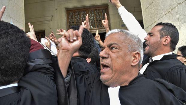 خرجوا ليه حتى المحامين.. حراك الجزائريين ضد بوتفليقة يتمدد! (فيديو)