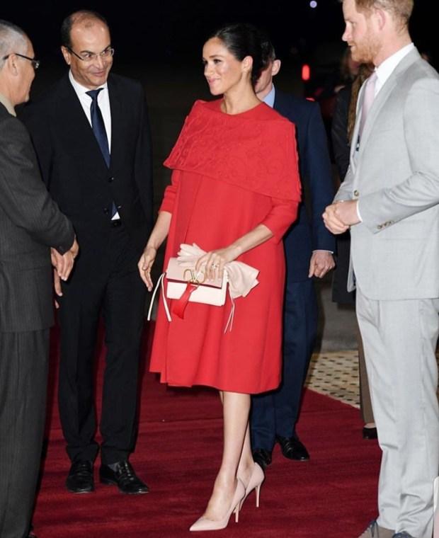 حامل في شهرها السابع.. دوقة ساسكس تخطف الأنظار بعد وصولها إلى المغرب (صور)