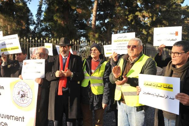 """أمام السفارة الفرنسية.. مغاربة يتضامنون مع أصحاب """"السترات الصفراء"""" (صور)"""
