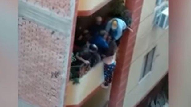 مصر.. حقيقة فيديو الرجل الذي حاول رمي زوجته من الطابق الثاني بعد شهر من الزواج (فيديوهات)