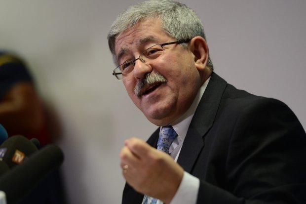 ولو طارت معزة.. رئيس وزراء الجزائر يرفض سحب بوتفليقة لترشحه