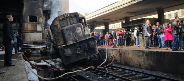السلطات المصرية: صراع بين سائقي قاطرتين هو سبب اندلاع النيران في القطار