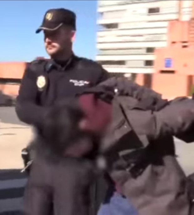 بشاعة.. اعتقال شاب في إسبانيا قتل والدته وأكل أجزاء منها