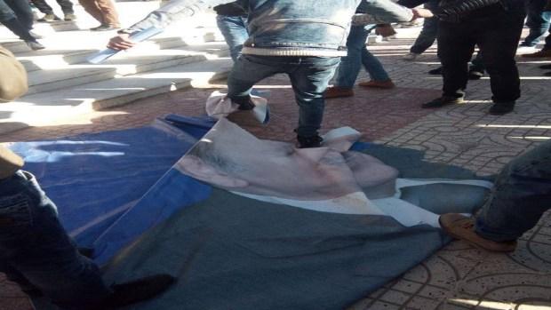 بالصور.. متظاهرون يمزقون صورة بوتفليقة
