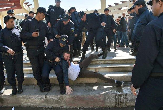 بالصور والفيديو.. اعتقال صحافيين احتجوا على التعتيم الإعلامي في الجزائر