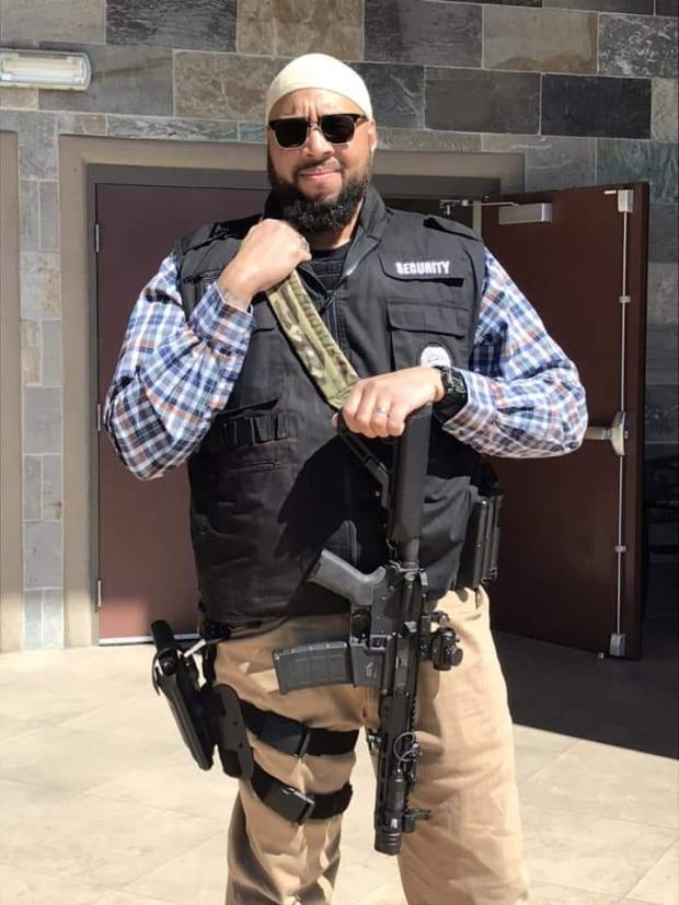 الواحد هو اللي يحضي جنابو.. مسلحون أمام مسجد في أمريكا لحماية المصلين!