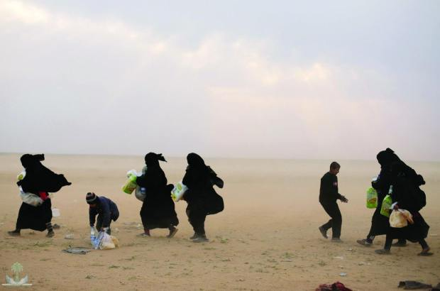 زوجات قياديين في تنظيم داعش.. نقل مغربيات من مخيمات اللاجئين في سوريا إلى مراكز الاعتقال