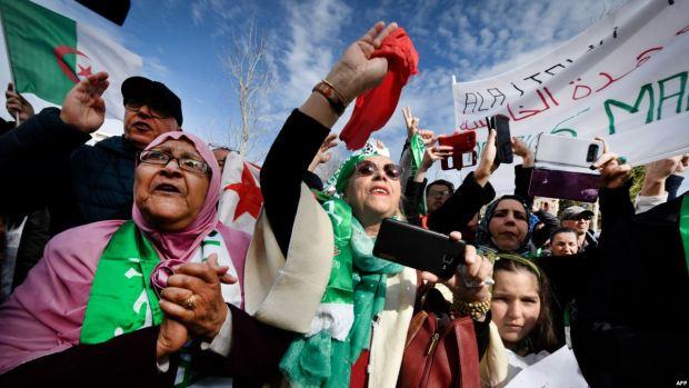 """الجمعة الثالثة من الاحتجاجات.. مسيرة مليونية في الجزائر ورشيد نكاز يبحث عن """"جثة"""" بوتفليقة في جنيف (صور وفيديو)"""