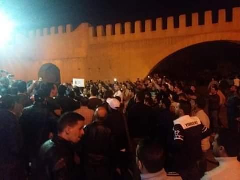 بسبب استهزائه بالسواسة.. نشطاء أمازيغ يحتجون على المقرئ أبو زيد في تيزنيت (صور)