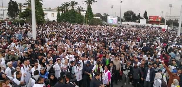 """وقفة ومسيرة بالشموع واعتصام ومبيت ليلي.. الأساتذة المتعاقدون """"يجتاحون"""" شوارع الرباط في ذكرى 23 مارس (صور)"""