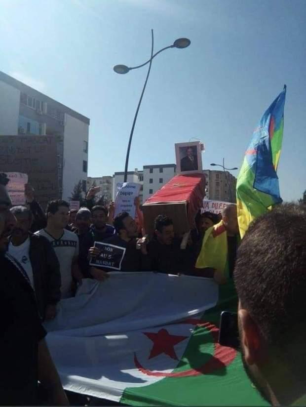 وزير جزائري سابق في جنيف: بوتفليقة انتهى والمقربون منه يبحثون عن مخرج